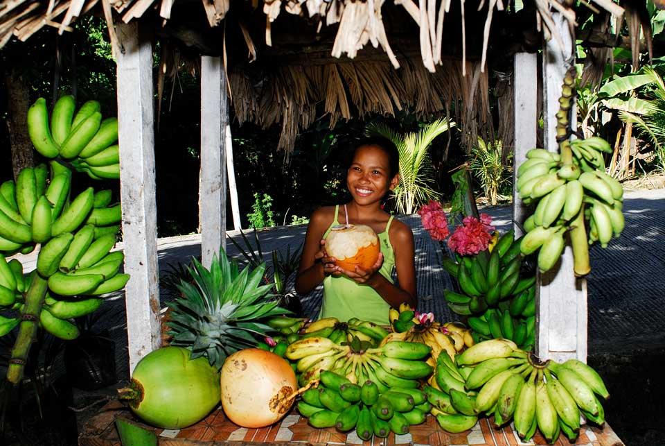 Seychellen girl and fruit